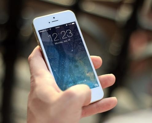 Auch Videotelefonie mit Smartphone beim Autofahren verboten