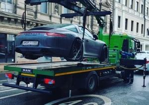Ein Fahrzeug kann auf Kosten des Halters abgeschleppt werden, wenn in einem Zonenhalteverbot, in dem unter Verwendung einer Parkscheibe das Parken für die Dauer von zwei Stunden erlaubt ist, die Parkdauer um drei Stunden überschritten wird. Das Verwaltungsgericht Aachen hält angesichts der erheblichen Parkzeitüberschreitung das Vorgehen der Ordnungsbehörde selbst dann nicht für unverhältnismäßig, wenn im Zeitpunkt der Abschleppmaßnahme weitere Parkplätze frei waren.  Urteil des VG Aachen vom 16.05.2018 6 K 5781/17 NJW-Spezial 2018, 618
