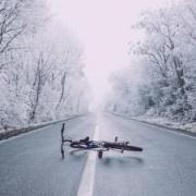 Sturz einer Radfahrerin auf nicht erkennbarer Eisfläche